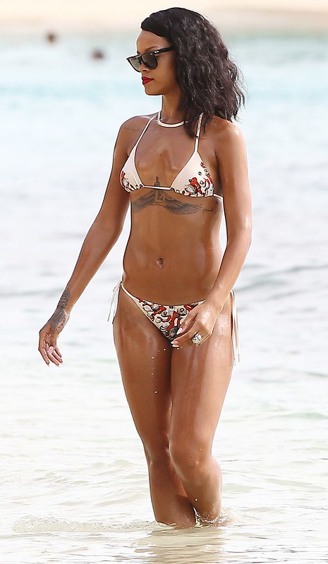 rihanna oiled down in bikini (11)
