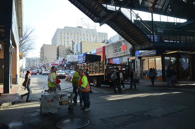 Calle del Bronx con escalera y coches