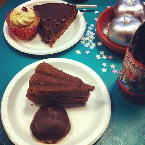 Saffranscupcake med mandelmassa, kärleksmums med chokladtäcke, mjuk pepparkaka och så en biskvi på det. #vadveganeräter på Vego vintage.