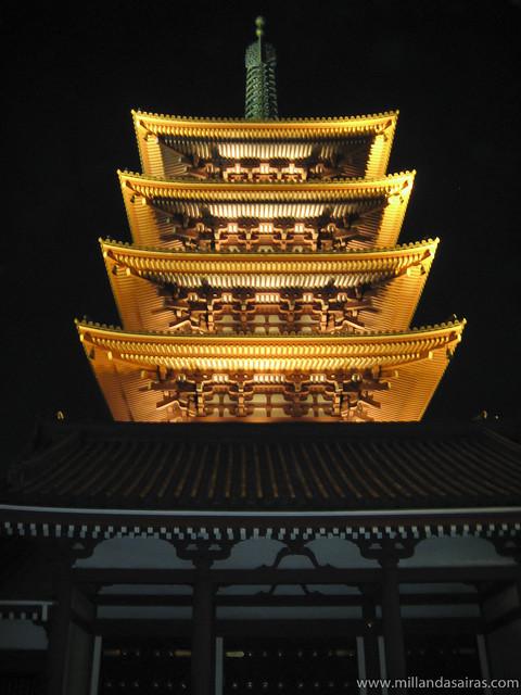 Pagoda Goju-no To de noche