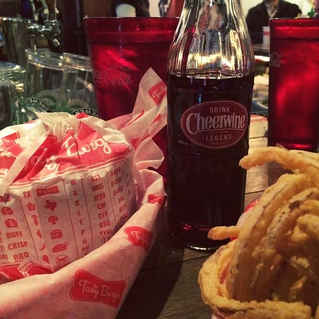 Midweek date night with @scherling200. #tastyburger #truelove