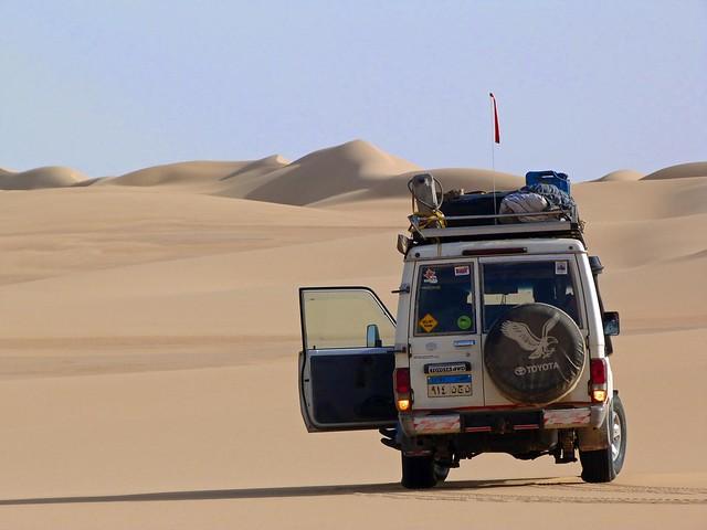 Coche participante en la Expedición Kamal en el Sáhara oriental (Egipto)