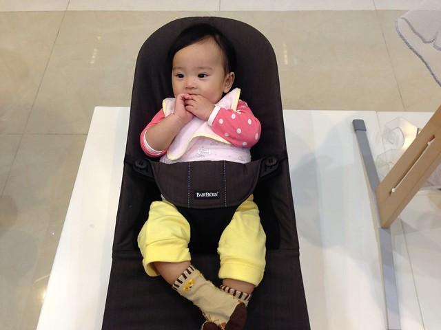 試坐 BabyBjorn 彈彈椅,開心得咧 :D@mothercare敦南旗鑑店大採購