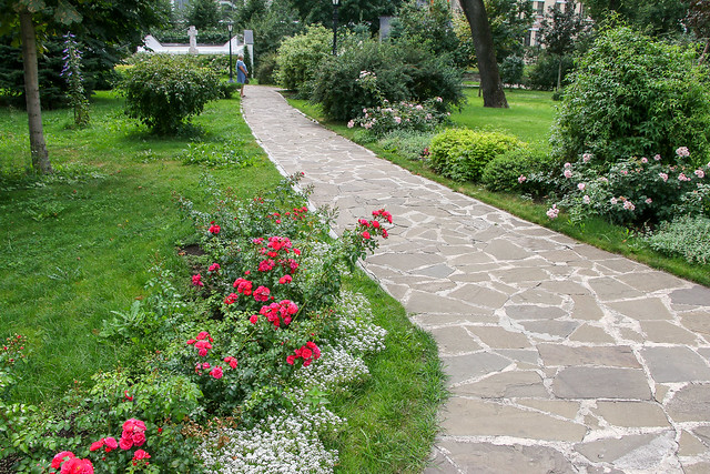 Lovely garden in Marfo-Mariinsky Convent, Moscow, Russia モスクワ、マルフォ・マリンスカヤ修道院の庭園