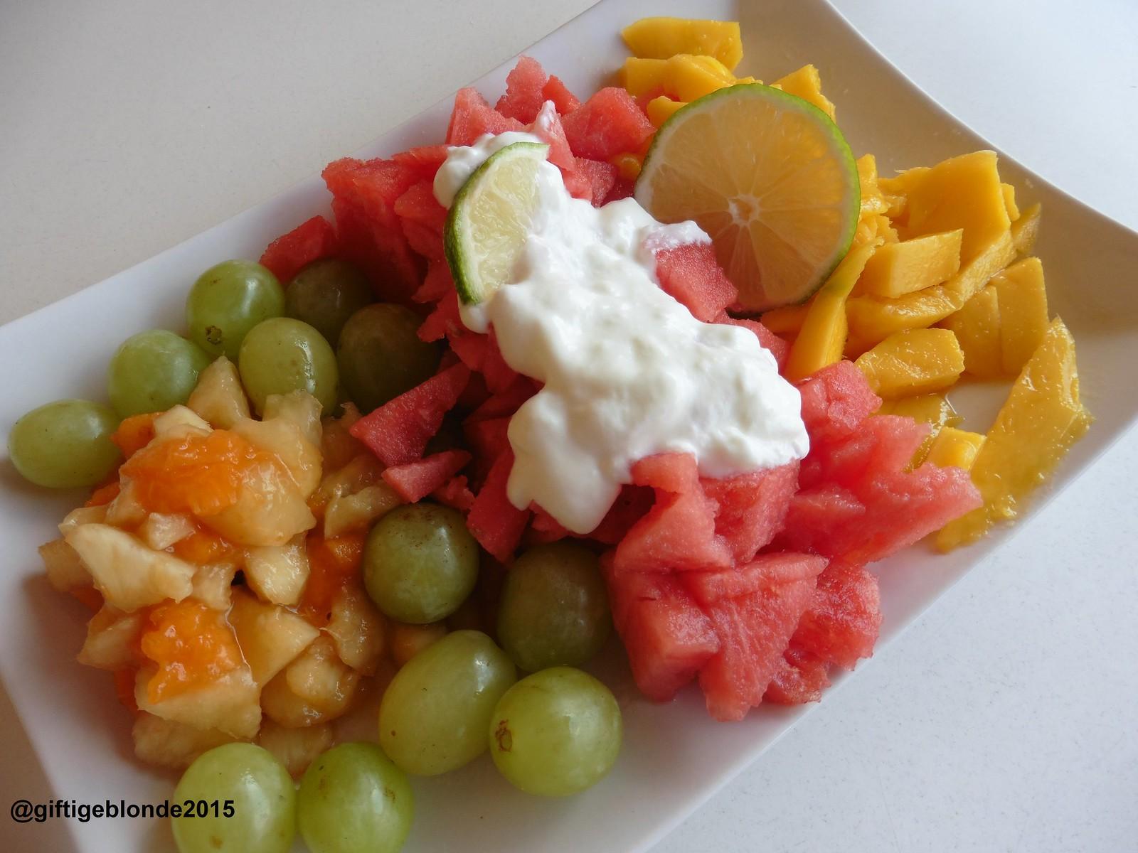 Obst mit Ziegenjoghurt und Limette