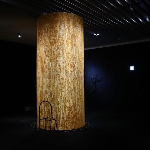 この柱に塗られているのは、ターメリック。前回来た時よりも、匂いが少なくなった感じ。 #nsハルシャ展 #森美術館