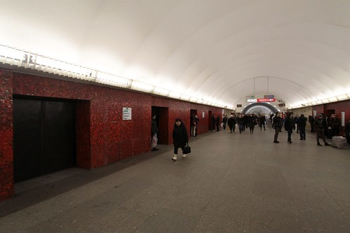 Russian version of platform screen doors at Mayakovskaya (Маяко́вская) station on Line 3