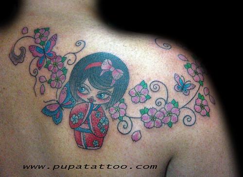 Tatuaje muñeca kokeshi Pupa Tattoo Granada by Marzia PUPA Tattoo