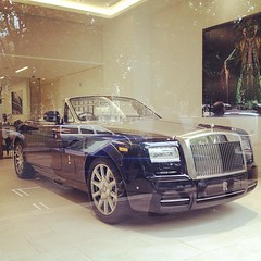rolls-royce wraith(0.0), supercar(0.0), automobile(1.0), automotive exterior(1.0), rolls-royce(1.0), vehicle(1.0), performance car(1.0), automotive design(1.0), rolls-royce phantom coupã©(1.0), rolls-royce phantom(1.0), rolls-royce phantom drophead coupã©(1.0), bumper(1.0), sedan(1.0), land vehicle(1.0), luxury vehicle(1.0), sports car(1.0),