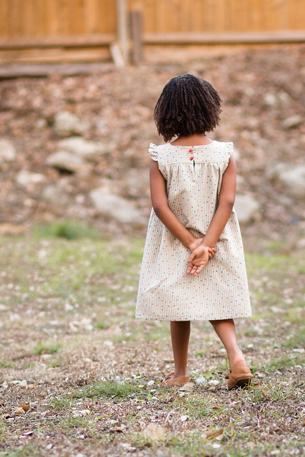 kids clothes week : happy homemade dress with frilled shoulders (back)