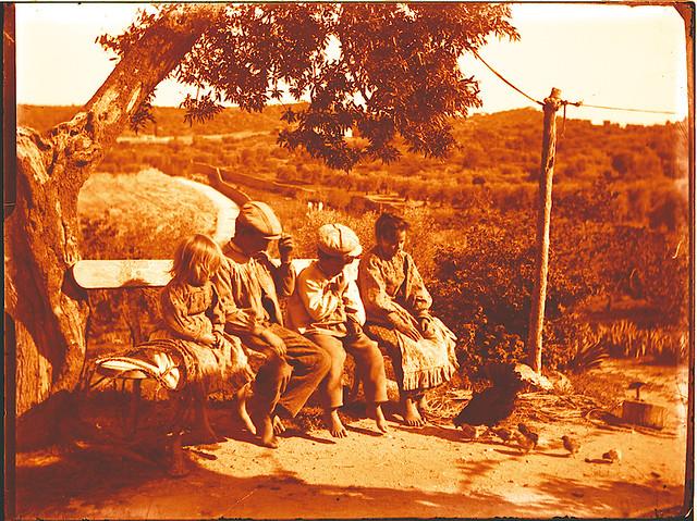 Niños en una venta de los cigarrales hacia 1910. Fotografía de Pedro Román Martínez (c) JCCM, AHP, Fondo Rodríguez. Signatura R-137-3-06