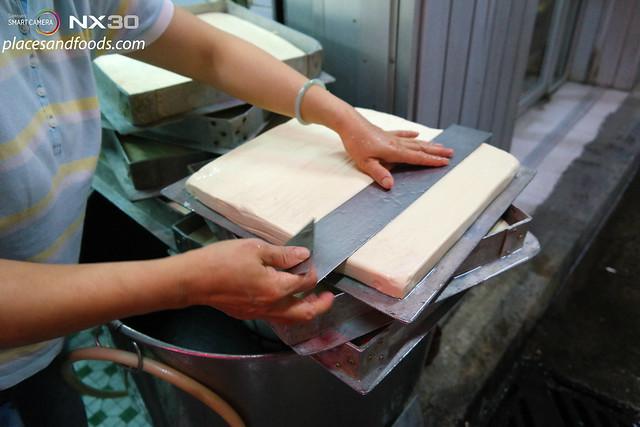 Firma U Tac Hong cutting tofu