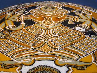 Kalam, peinture au sol par un collectif du Kerala (5ème Biennale d'art contemporain, Lyon)