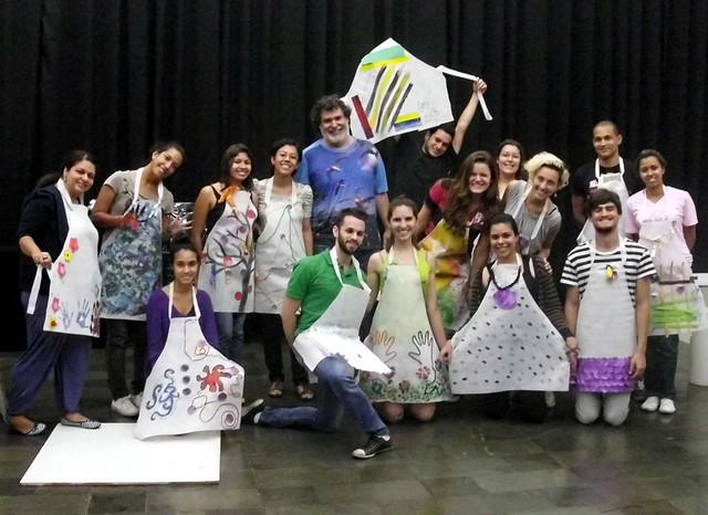 O grupo de alunos juntamente com o professor Yuri Simon posa com os aventais customizados, após a oficina de Processos criativos. Foto: Acervo Minas Raízes
