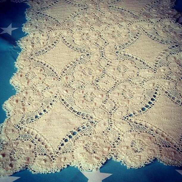 cf245b48 Ca 25 * 40 Vacker duk , ser knypplad ut med råkanter i naturfärgad bomull.  Ca 25 * 40
