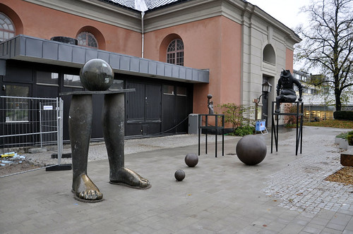 Skulpturgruppen står en aning i vägen för lastbryggan.