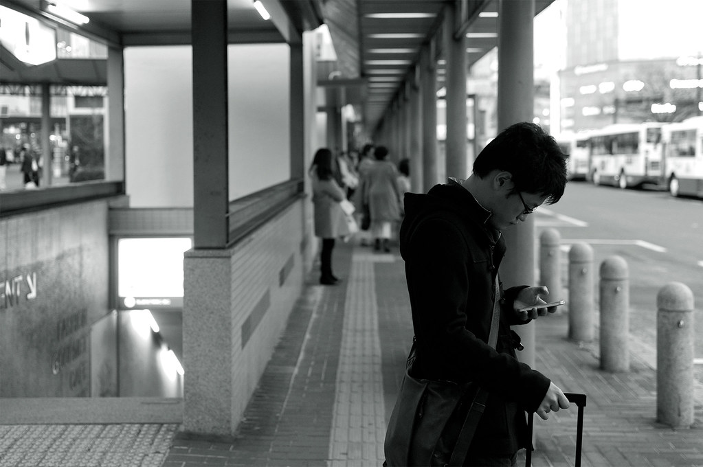 バスを待っている