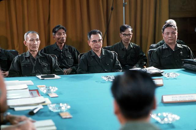 SAIGON 1973 - Phái đoàn VC (Mặt trận GP) trong cuộc họp của Ban Liên hợp Quân sự bốn bên - Người đeo kính ngồi giữa là tướng Trần Văn Trà