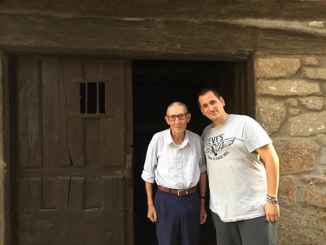 Sele con un habitante de San Martín de Trevejo (Extremadura)