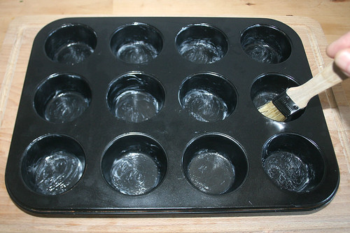 34 - Muffinblech ausfetten / Grease muffin tray