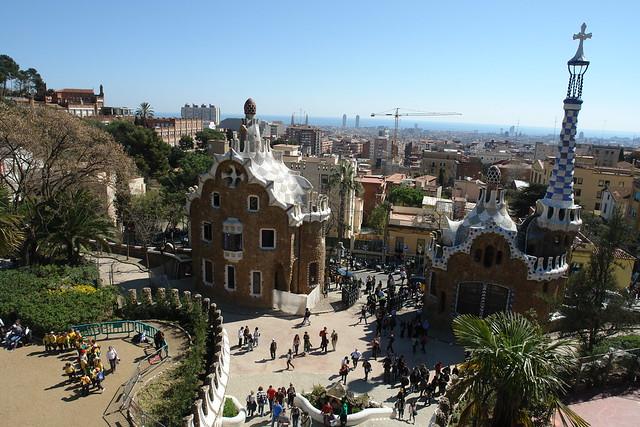 Vista de la entrada al parque con las dos casas llamaban Hansel y Gretel, una en la que está el conserje del parque y la otra donde están los administradores del parque. Park Güell, el icono bonito de Barcelona - 9576420511 f4a07f9bee z - Park Güell, el icono bonito de Barcelona