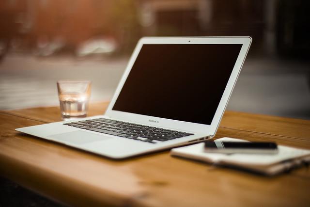 Computador Portátil y Teléfono de Apple