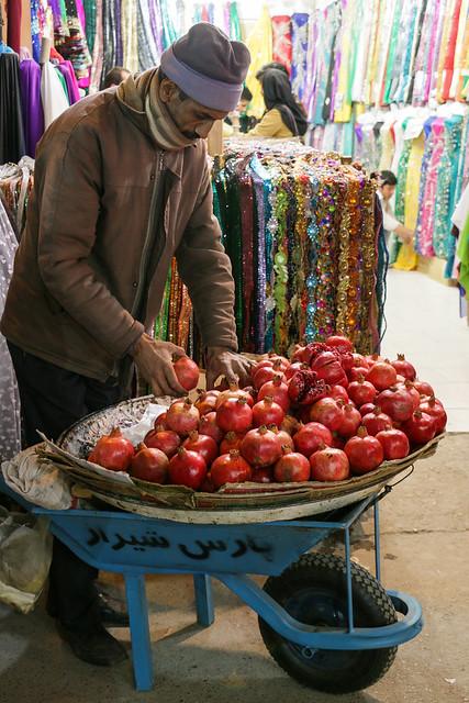 Pomegranates stand in Vakil bazaar, Shiraz シラーズ、バーザーレ・ヴァキールのザクロ売り