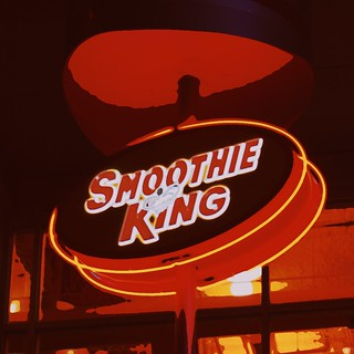 Smoothie King neon by night