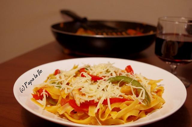 Tagliatelle cu ardei, ciuperci si pui (1)