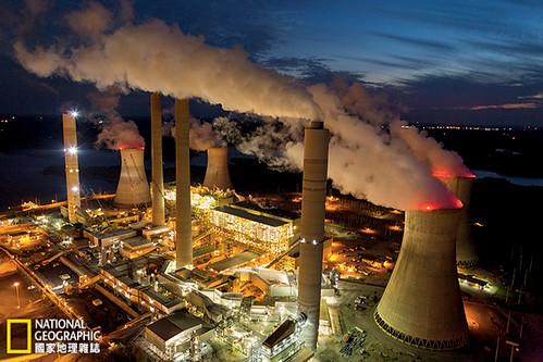 美國喬治亞州,茱麗葉社區。蒸汽和煙霧從羅伯特謝勃發電廠的冷卻塔和煙囪裊裊昇起。這是全美溫室氣體排放量最大的發電廠,每年要燒掉1088萬公噸的煤。攝影:Robb Kendrick;圖片提供:《國家地理》雜誌中文版2014年4月號