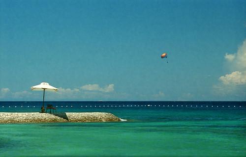 blue sea green film cebu 海 青 parasailing mactan lapulapucity 135mm thephilippines rokkor kodakportra400 セブ フィリピン minoltasrt102 plfilter フイルム