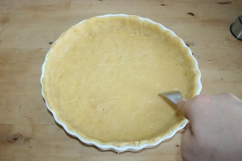 44 - Teig einpassen und anstechen / Fit in dough