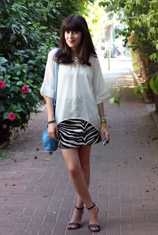 givenchy mini nightingale bag, zara zebra skirt, sandals, dora landa blouse, בלוג אופנה, משקפי שמש רייבאן, תיקי מעצבים