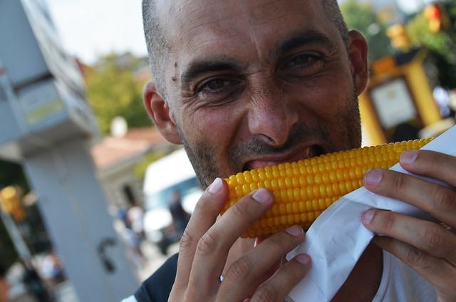 Manolito comiendo un maíz en Estambul