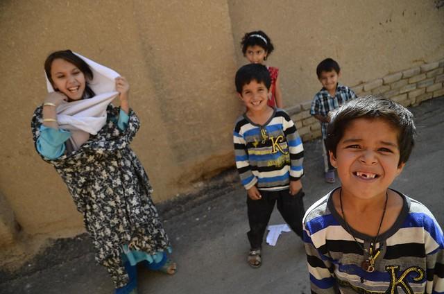 Niños afganos en un callejón de Shiraz (Irán)
