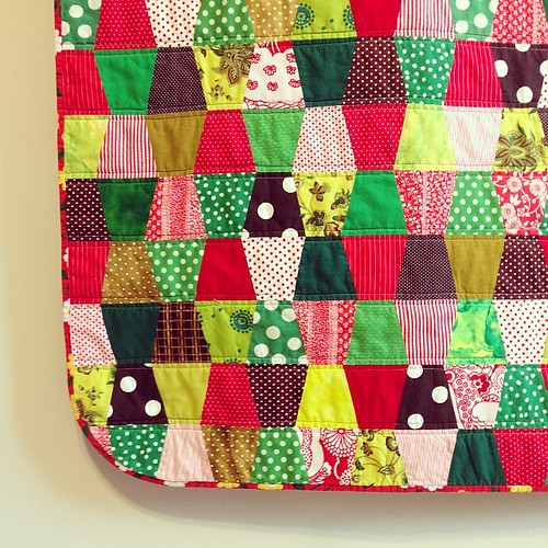 red green and brown tumbler quilt closeup