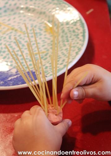 Medusas o Pulpos de espaguetis con salchichas www.cocinandoentreolivos.com (6)