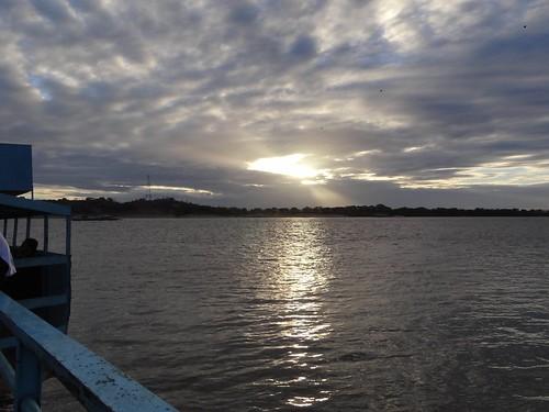 El alba sobre el rio Orinoco, visto desde la chalana que cruza el curso de agua y une las orillas. by Richal Azuarte