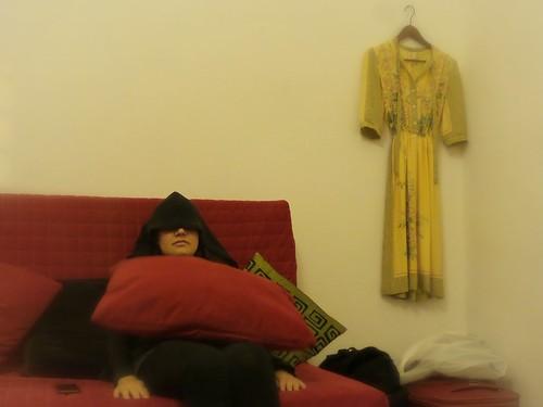Con il vestito appeso al muro by Ylbert Durishti