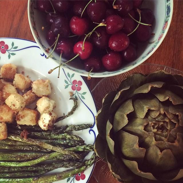 Middag: pankopanerad tofu, stekt sparris, kronärtskocka och körsbär. #vadveganeräter när de är ensamma hemma.