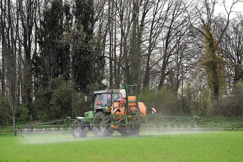 Tractor spreading fertiliser 31.03 (4)