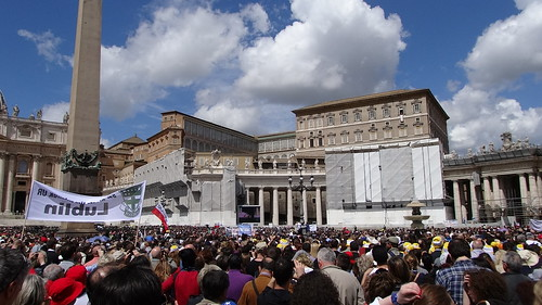 As you can see there are some renovations being done around the Vatican, but at least St Peter's Basilica and the view to the Papal Apartments were okay. You can see the Papal carpet (carpet ???) on the 4th floor and Pope Francis in the window speaking to us.
