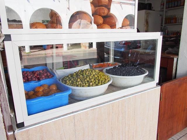 在地人吃什麼?就麵包, 醃橄欖, 外加幾樣小菜