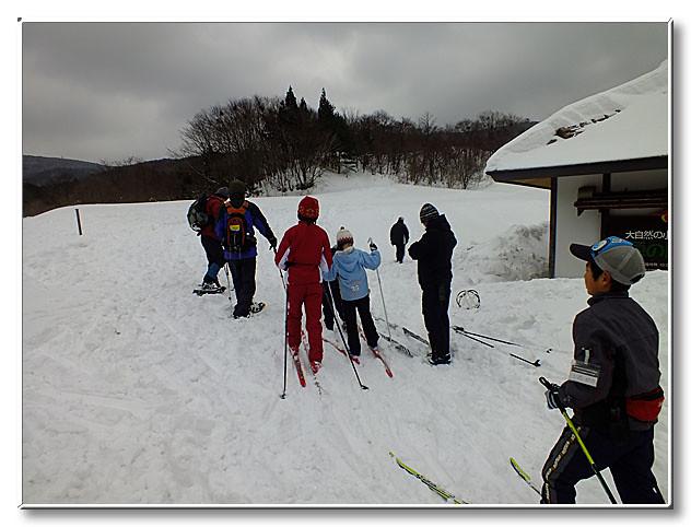 かんじきやスノーシュー,クロスカントリー用のスキー板と,雪の上を歩くための道具が勢揃いした.