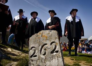 Los representantes de Navarra usan la vestimenta tradicional negra con la blusa blanca, sombrero, ongarina o capa, valona o cuello blanco y pantalones cortos con medias.