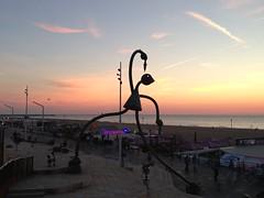 Sculptuur met avondzon op boulevard Scheveningen