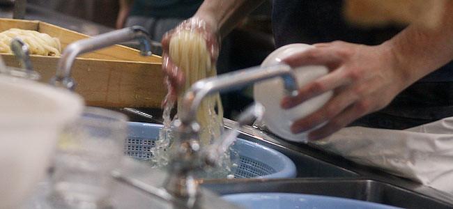 「こだわり麺や 宇多津店」の麺を洗っているところ