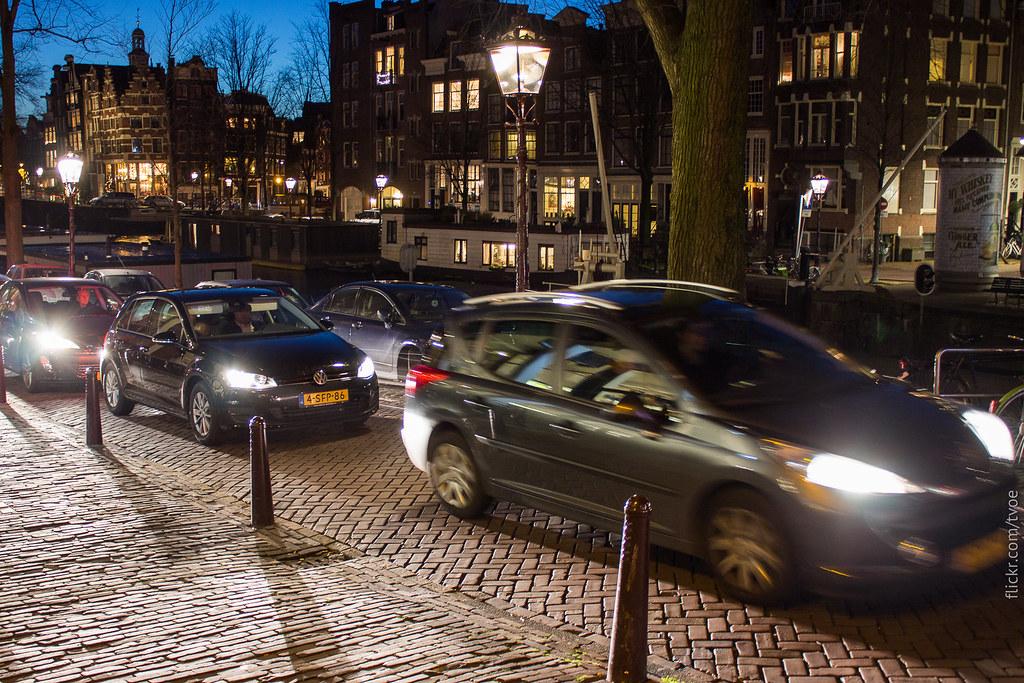 Автомобили вечером в Амстердаме