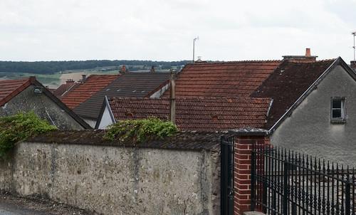 Étoges, champagne, Marne, Frankrijk,  Gezicht over oude begroeide muren, hekken en daken
