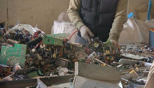 業者從廢五金中提煉出貴重金屬